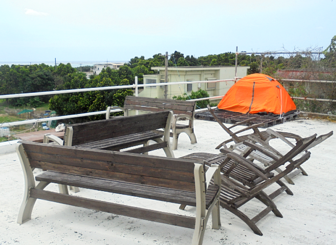 ゲストハウスの屋上でキャンプ