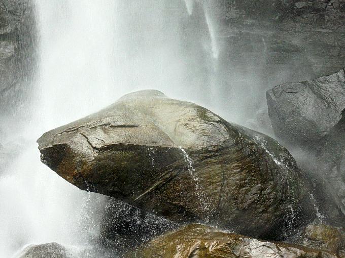 カエルかカメのような岩