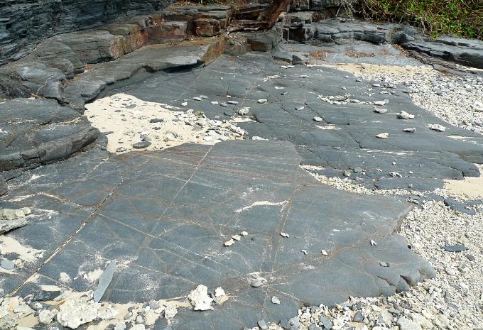 幾何的なスリットが交差して走っている岩盤