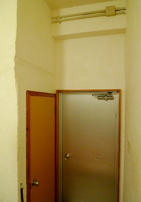 手作り感満載の壁の歪み