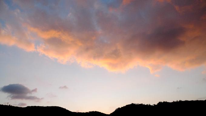 ゲストハウスの屋上から見た雲の朝焼け
