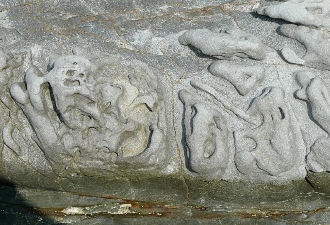 複雑な模様が描かれているような岩