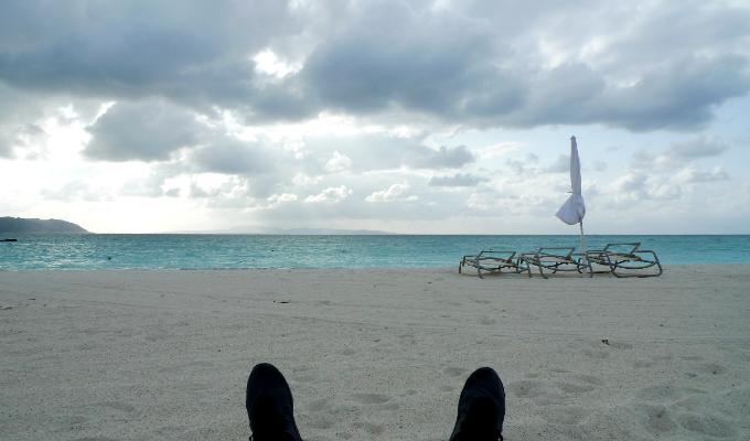 ビーチに寝そべる