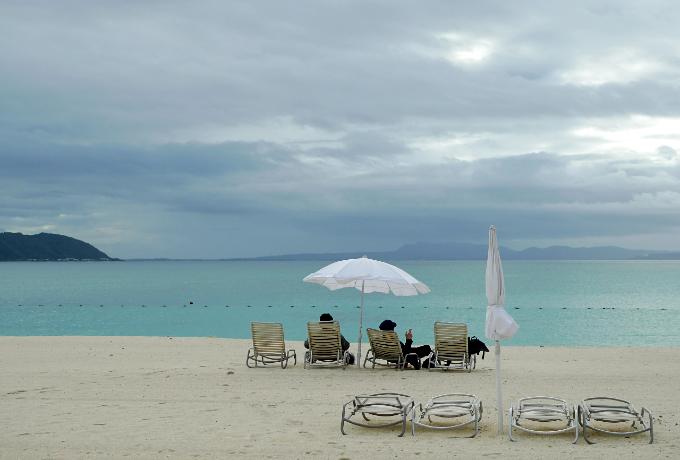 ビーチでくつろぐ観光客
