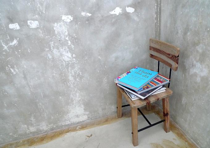 階段の踊り場に置かれた椅子と本