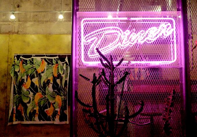ダイニングルームのネオン看板