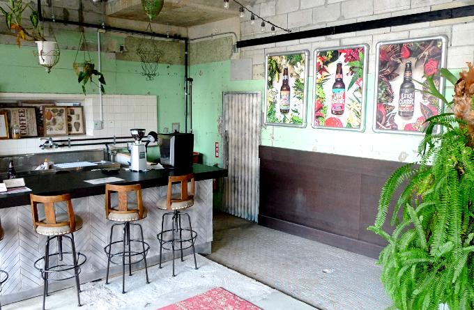 エントランスの左側にあるカフェスペース