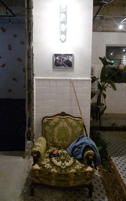 アンティークなソファと古いモノクロ写真