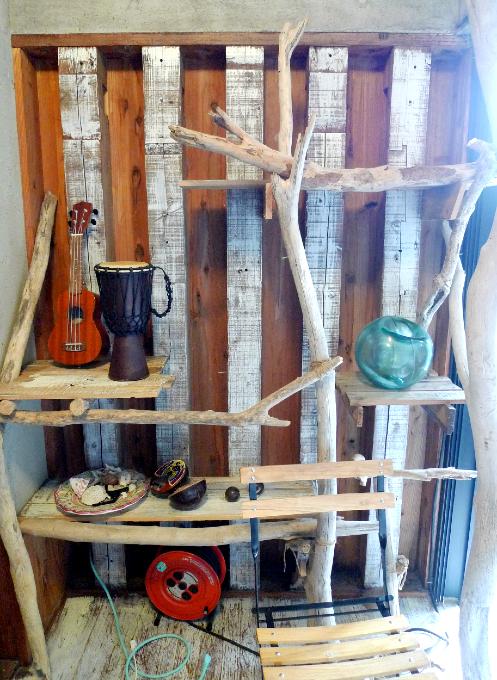流木で作られた棚