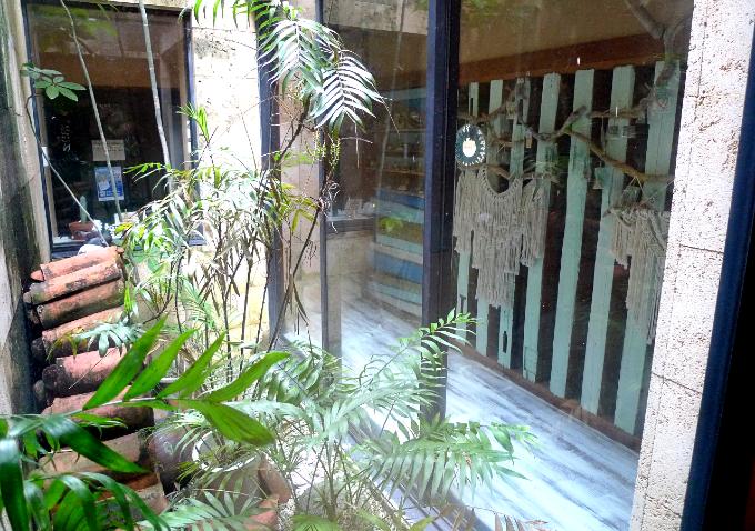 ガラス戸を隔ててある廊下と小さな庭