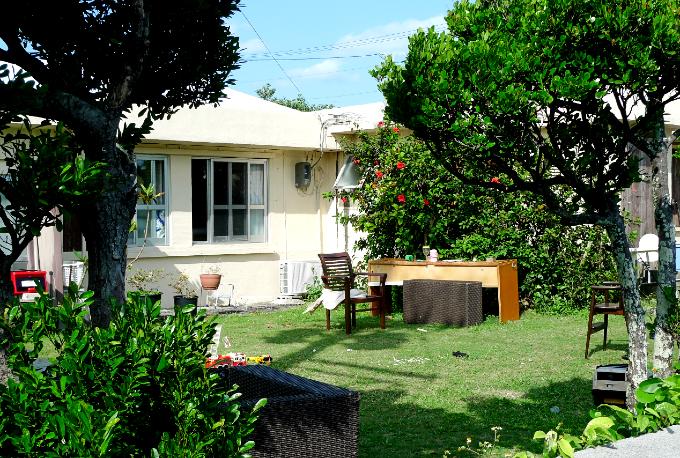 無造作に置かれた家具が絵になっている近所の家の庭