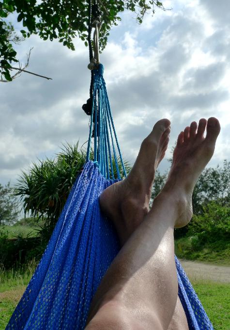 ハンモックに寝転んでる脚