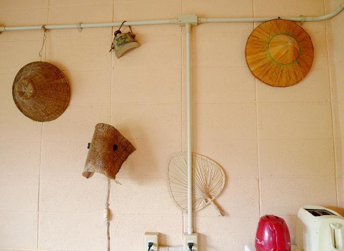 編笠が飾られているキッチンの壁